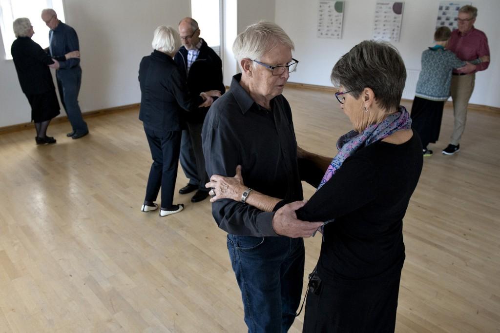 """1. november 2016. Hos Fysio Danmark Viborg : """"Vi gentager succesen og vi starter nu et Tango dansehold. Holdet er målrettet dig, der har parkinson og din partner. Vi starter tirsdag den 4/10 kl 14-15, hvor sygeplejerske og danseinstruktør Rikke Kiib underviser i de argentinske rytmer. Tilmeld dig og din dansepartner på telefon 86622254 eller info@fysiodanmark-viborg.dk """""""